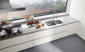 Devi progettare la cucina ecco gli errori che tutti fanno - Cucine moderne con finestra sul lavello ...